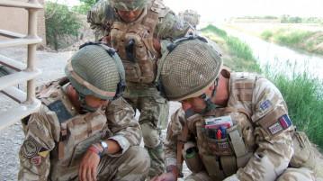 British soldiers discuss tactics.