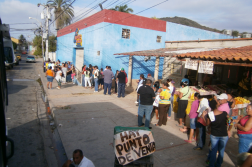 Venezuelans queue to buy government subsidised products at a Mercal store. (Wikimedia Commons / Public Domain)