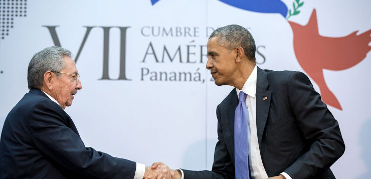 Handshake between Barack Obama and Raúl Castro (Image: White House / Public Domain)