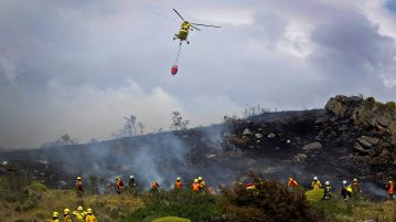 CONAF workers combating a forest fire in Valparaíso
