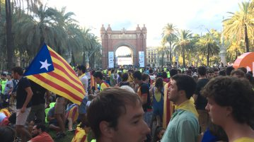 Celebrations around the Arc de Triunfo on Catalonia day. Flourescent yellow T-Shirts read 'SI' in support for the referendum